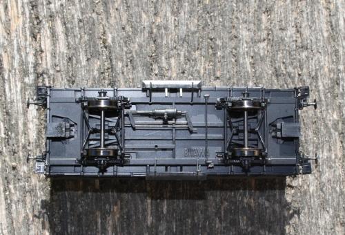 Af en eller anden grund, så har Brawa ikke gjort specielt meget ud af undervognen. Til gengæld kan man tydelig se firmanavnet